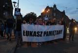 """Marsz pamięci Łukasza Porwolika w ciszy przeszedł ulicami Świętochłowic. """"Jesteśmy tutaj, żeby się zjednoczyć"""" [ZDJĘCIA]"""
