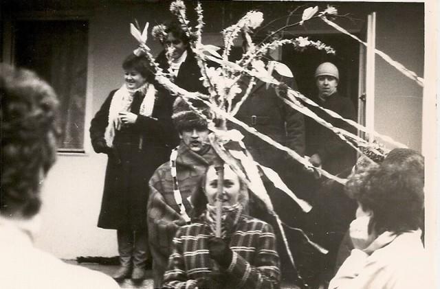 """Na Kujawach w pierwszym dniu wiosny orszaki z """"gaikiem-maikiem"""", chodząc od chałupy do chałupy, składały życzenia. Zdjęcie z lat 60. ubiegłego wieku"""