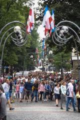 Szczyt sezonu turystycznego w Zakopanem. Tłumy na Krupówkach