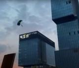 Skoki ze spadochronem z biurowca KTW II w Katowicach! Skoczkowie wtargnęli na teren budowy niezauważeni przez ochronę