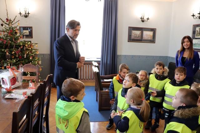 Dzieci z Przedszkola im. M. Konopnickiej oraz Szkoły Podstawowej nr 8 odwiedziły prezydenta Kalisza