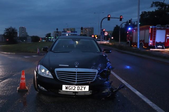 Policjanci z Komisariatu Policji Bydgoszcz-Szwederowo zwracają się z prośbą o pomoc w ustaleniu personaliów sprawcy kolizji, do której doszło 28 czerwca br. wieczorem w okolicach skrzyżowania  al. Jana Pawła II z Kujawską.