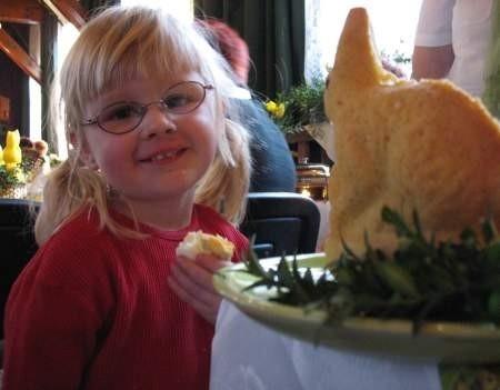 Trzyletnia Martusia Pozorska z Łęga nie czekała, tak jak jej mama, na wyniki konkursu. Ze smakiem zajadała najzwyklejsze gotowane jajko. Fot. Maria Sowisło