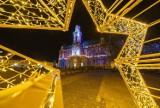 Nowy Sącz w świątecznych barwach. Przy ratuszu stoi żywa choinka. Są też nowe iluminacje i ozdoby [ZDJĘCIA]