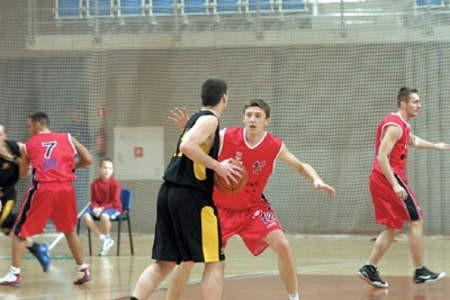 Koszykarze dąbrowskiego MMKS-u (czerwone stroje) grają skutecznie także u siebie, np. podczas grudniowego meczu z Bobrami Zabrze.