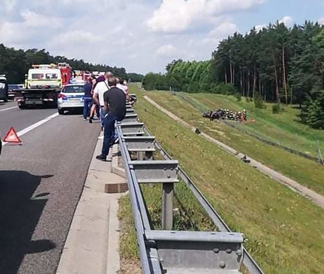 Do poważnego wypadku doszło w sobotę, 20 lipca, na S3 pod Gorzowem. Auto wypadło z drogi i dachowało. Na miejscu są służby ratunkowe.  Do wypadku doszło około południa. Samochód osobowy jadący w kierunku Szczecina wypadł z drogi. Samochód koziołkował zatrzymując się daleko od drogi. Na koniec auto dachowało. Na miejsce wypadku przyjechały służby ratunkowe. Wylądował śmigłowiec lotniczego pogotowi ratunkowego.  W samochodzie zostały uwięzione cztery osoby. Do poszkodowanych dotarli strażacy i przekazali ekipom pogotowia ratunkowego. Droga S3 w kierunku Szczecina jest zablokowana.  Czytaj: Gdzie tworzą się korki w drodze nad morze i jak je ominąć? Zobacz trasy alternatywne prowadzące nad Bałtyk  Przeczytaj też:  Korytarz życia na drodze. Zobacz, jak prawidłowo go utworzyć! Wystarczy przestrzegać kilku zasad  WIDEO: Wypadek  autokaru z dziećmi na S3