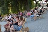 Koncert zespołu Planety na wyspie w parku. Letni Festiwal Kulturalny Leżaki 2020 w Zduńskiej Woli ZDJĘCIA