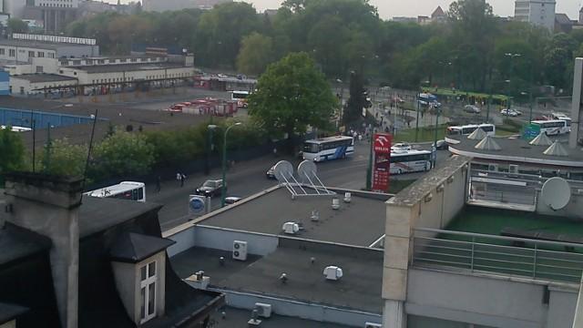 Zdjęcie wykonane ok. 19:30, widoczne samochody straży które zajęły teren dworca oraz autobusy PKS blokujące ul. Wierzbięcice