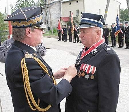 Generał Zbigniew Meres odznacza Henryka Białasa, prezesa OSP Tucznawa.