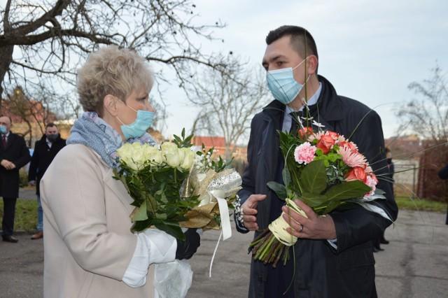 W Małomicach, w przerwie ostatniej sesji rady miasta w starym roku (2020) samorządowcy uhonorowali burmistrz Małgorzatę Sendecką i 30-lecie pierwszych wolnych wyborów samorządowych. Na zdjęciu Małgorzata Sendecka i Bartosz Klimkowski, dyrektor LO w Szprotawie.
