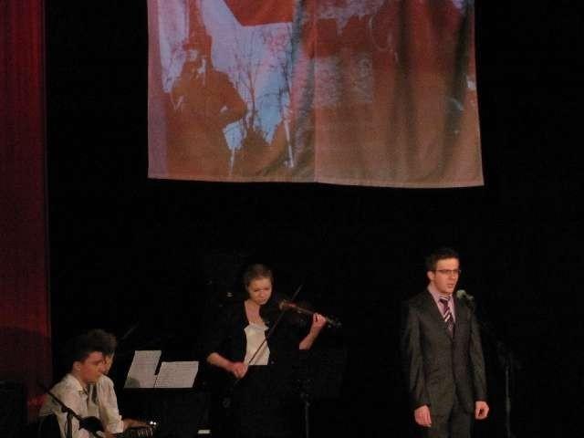Uczniowie LO w Myszkowie w widowisku muzyczno-słownym