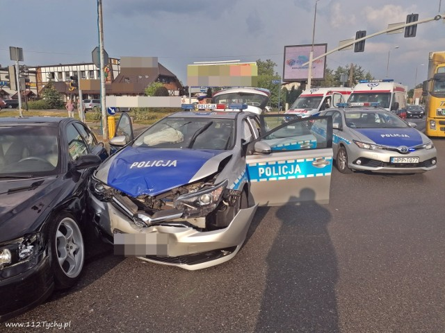 Ze wstępnych ustaleń wynika, że radiowóz policji jechał na pilną interwencje używając sygnałów świetlnych i dźwiękowych i wjechał na skrzyżowanie na czerwonym świetle. Kierująca volvo kobieta miała zielone światło.