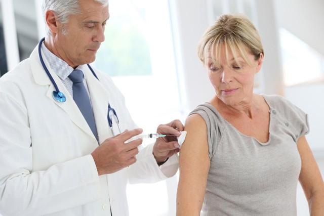 Przyjęcie szczepienia przeciwko COVID-19 nie wymaga specjalnych przygotowań. Można wykonać je o każdej porze dnia i nie trzeba być na czczo.