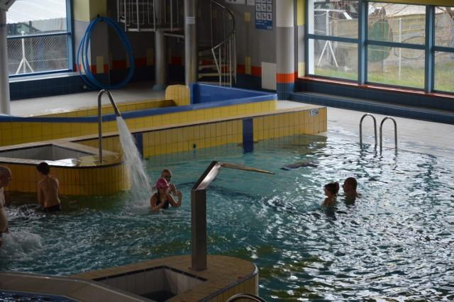 Na pływalni możesz pływać, zrelaksować się w saunie, poćwiczyć, wypić kawę i zrobić zakupy. Kiedy skorzystasz z tych uslug.  Pływalnia w Żarach jest czynna:  od poniedziałku do soboty w godz.: 7.00 – 22.00 w niedzielę i święta w godz.: 8.00 – 22.00  Sauny czynne:  codziennie w godz.: 10.00 – 22.00 z wyjątkiem dni powszednich: sauna sucha czynna w godz.: 10.00 – 22.00 sauna parowa i łaźnia parowa czynne w godz.: 15.00 – 22.00  Solarium czynne: codziennie w godz.: 10.00 – 22.00  Siłownia czynna:  od poniedziałku do piątku w godz.: 7.00 – 21.30 w soboty w godz.: 9.30 – 21.30 w niedziele i święta: NIECZYNNA  Atrakcje:   basen pływacki: basen sportowy o wym. 25m x 12,5m, gł. 1,35-1,80m, temp. wody 27oC zjeżdzalnie: zjeżdzalnia o dł. 46mb basen rekreacyjny: basen rekreacyjny o pow. 159,4m2 o kształcie nieregularnym, gł. od 0,5m do 1,3m z gejzerami, dyszami wodnymi i kaskadą, temp. wody 30oC brodzik dla dzieci: brodzik dla dzieci do lat 7, temp. wody 32oC sauna fińska solarium siłownia bar sklep sportowy ZOBACZ CENY NA KOLEJNYCH SLAJDACH>>  POLECAMY: GDZIE MOŻESZ SPĘDZIĆ WOLNY CZAS Z DZIECKIEM