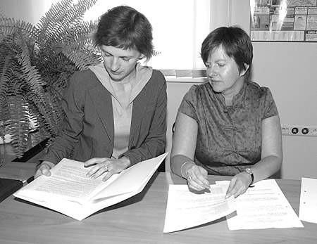 Renata Sikorska i Monika Górska z Wydziału Zarządzania Kryzysowego dyskutują nad nowym projektem.