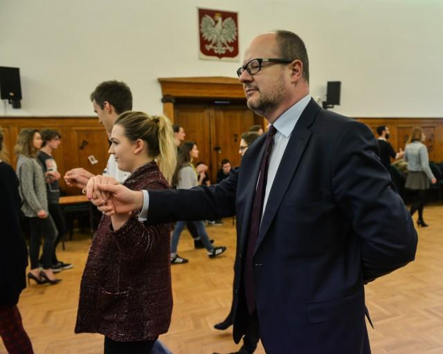 Prezydent Paweł Adamowicz na próbie przed studniówką w V LO w Gdańsku.