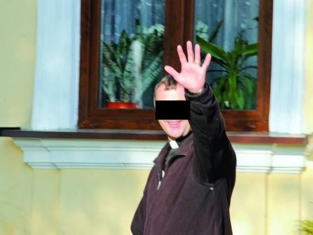 Według policjantów, ksiądz Piotr S., były proboszcz z Czernikowa, groził im bronią podczas Strajku Kobiet. Najpierw kapłan sam się przyznał i tłumaczył wzburzeniem. Zarzuty postawiła mu prokuratura w Lipnie. Śledztwo przejęła jednak Prokuratura Okręgowa we Włocławku i właśnie umorzyła. Dlaczego? >>>>>