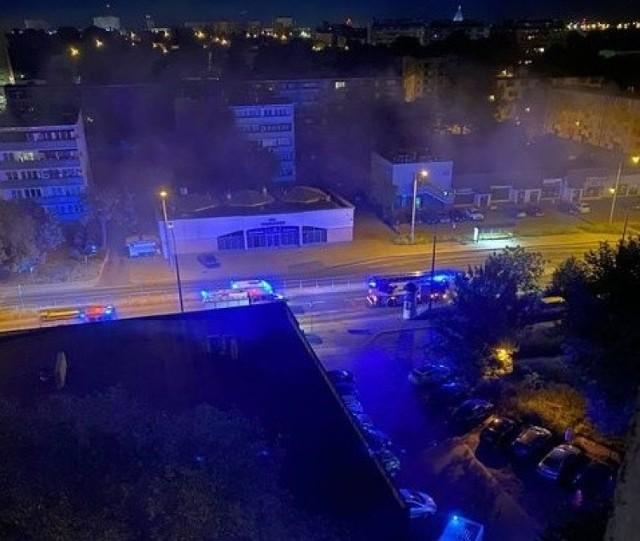 Ogień pojawił się kilkanaście minut po godzinie 2 w nocy. W akcji gaśniczej brały udział cztery zastępy straży pożarnej.