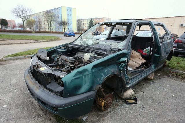 Wrak volkswagena straszy na parkingu przy pawilonie Społem (dawny Hortex) przy Al. Armii Krajowej w Piotrkowie