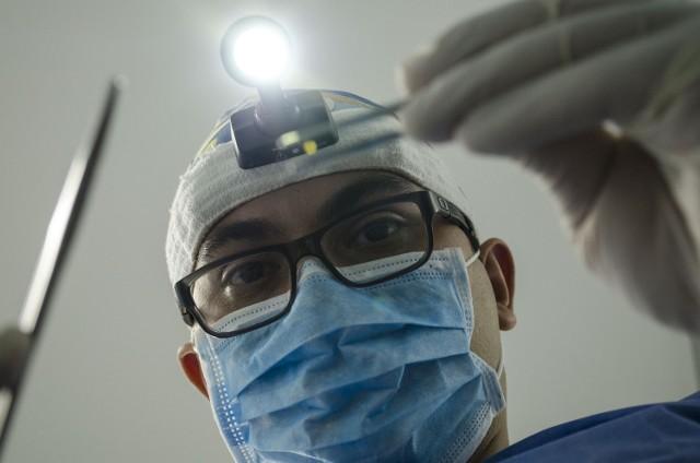 Podane przez nas ceny usług dentystycznych są przybliżone. Będą różnić się w zależności od użytej techniki, skomplikowania zabiegu i gabinetu.