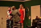 """Michał Piróg obnażał się na scenie! Spektakl komediowy """"Szalone nożyczki"""" wystawiony w Dąbiu podczas Lubuskiego Lata Kulturalnego"""