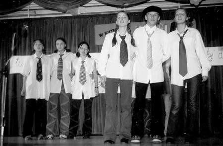 Zwycięzcy w kategorii klas starszych podczas konkursowego występu. Foto: KT