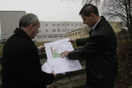 Grzegorz Podlejski i Dariusz Waluszczyk konsultują plany modernizacji szkolnych boisk.