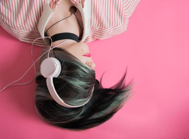 Najnowszy raport polskiego oddziału Spotify jednoznacznie pokazuje, że nasze muzyczne upodobania uzależnione są również od tego, co aktualnie dzieje się na świecie. W Polsce, podobnie jak w większości krajów, wciąż trwa częściowa kwarantanna, podczas której więcej czasu spędzamy w domach. Jak się okazuje, wielu z nas codzienne czynności, takie jak sprzątanie czy gotowanie, lubi umilać sobie muzyką.   Sprawdź wyniki raportu --->