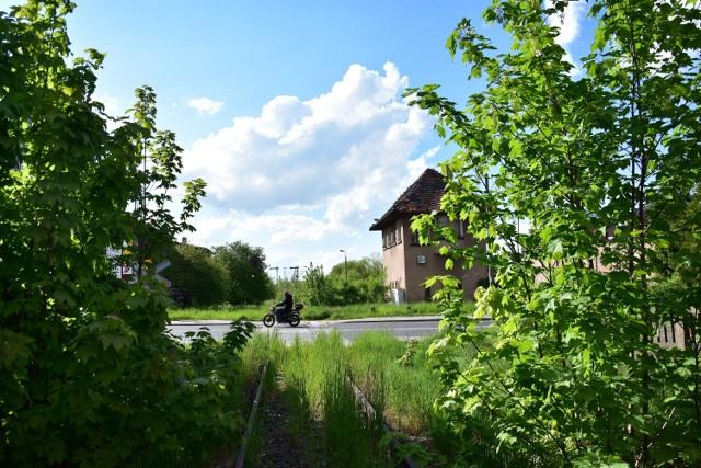 Wjazd na stację kolejową w Żninie od strony Inowrocławia. Na drugim planie ul Klemensa Janickiego, gdzie niegdyś znajdowały się rogatki.
