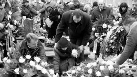 Jeszcze przed pogrzebem ofiar katastrofy zapowiadano, że ich bliscy dostaną odszkodowania. Dziś walczą o nie w sądach. - Fot. R. Świątkowski