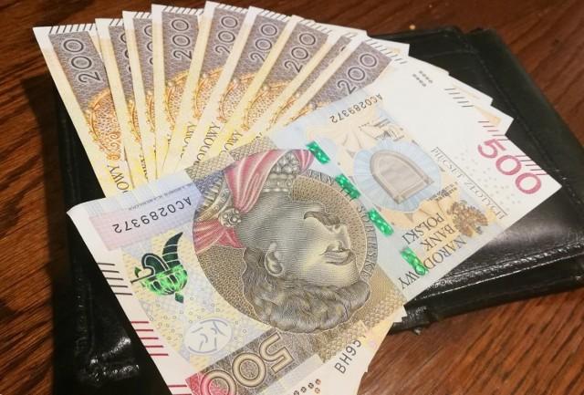 """200 złotych - o tyle co najmniej ma wzrosnąć pensja minimalna w 2022 roku. Ile wyniosłaby minimalna pensja netto w przyszłym roku, gdyby weszły w życie rozwiązania Nowego Ładu?   Sprawdź, ile możesz dostać na rękę już od stycznia 2022. W galerii podajemy również oszacowane wysokości wybranych pensji netto w ujęciu miesięcznym, z uwzględnieniem założeń rządowego programu """"Nowy Ład"""" ▶▶"""