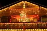 10 pomysłów na dekoracyjne oświetlenie domu i ogrodu na Święta. Jak oświetlić dom na Boże Narodzenie?