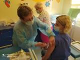 W Szpitalu Powiatowym im. św. Maksymiliana w Oświęcimiu rozpoczęły się szczepienia przeciwko Covid-19. Pierwszym był dr Andrzej Jakubowski