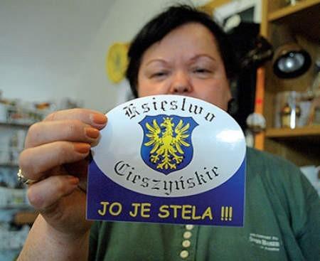 Teresa Zemła sprzedaje coraz więcej takich naklejek.