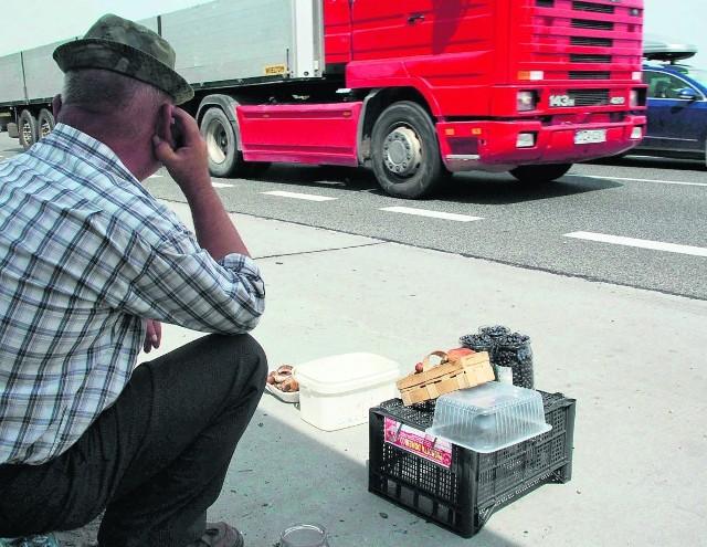 Sprzedawcy grzybów ustawiają się często tuż przy drodze