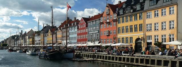 Kopenhaga - największe miasto i stolica Danii to idealne miejsce dla miłośników portowego klimatu i pięknej architektury.  Polecimy tam Ryanairem z Modlina - wylot 1 maja, powrót 3 lub 4 maja. W pierwszym przypadku koszt to 328 zł, w drugim - 218 zł za osobę.