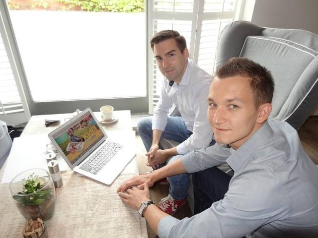 Twórcy portalu Kidla.pl - Michał Malewski (z lewej) i Marcin Urbańczyk