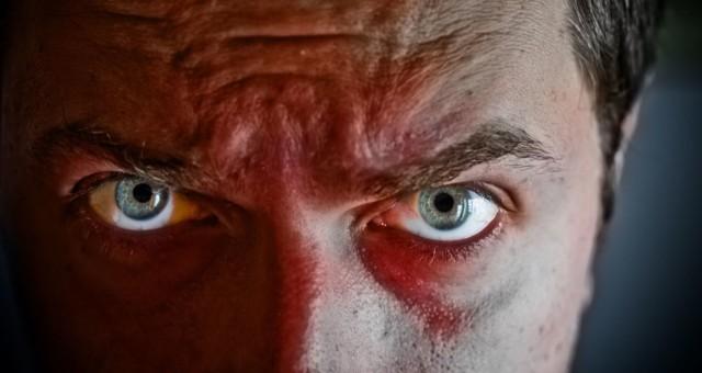 W styczniu 2016 r. sprawę opisał serwis tko.pl. Jak podała Komenda Policji w Olsztynie, 60-letni właściciel mieszkania miał zaatakować swojego 56-letniego najemcę i jego partnerkę. Jak zeznała kobieta, właściciel chciał pozbyć się ich z lokalu. Pijany 60-latek rozbił na głowie lokatora kubek, a następnie zaatakował oboje siekierą, po czym uciekł. Biegającego po osiedlu z siekierą mężczyznę zatrzymała następnie policja.
