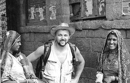 Grzegorz Kuśpiel pracuje nad przygotowaniem wystawy z Indii. Obok zdjęcie przywiezione z wyprawy.