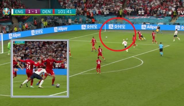 Dwie piłki na boisku mogły przeszkodzić Duńczykom w skutecznej obronie przed rajdem Raheema Sterlinga.