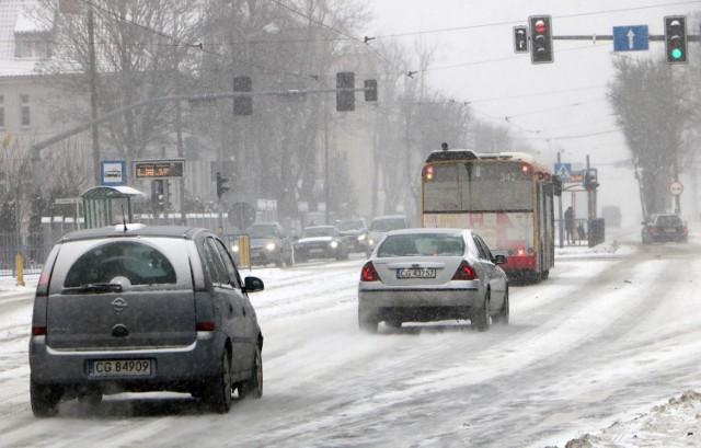 Opady śniegu w Grudziądzu trwają przez całe poniedziałkowe popołudnie. Warunki na drogach i ulicach są bardzo trudne.