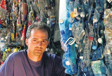 Jan Klimowski dalej prowadzi swoją sortownię w Kaczycach, ale od mieszkańców śmieci już za darmo nie odbiera.
