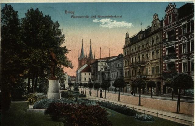 Brzeg: widok na ulicę Piastowską oraz pomnik Bismarcka. Rok 1922.