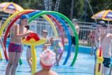 Wodny Park Zabaw otwarty. Piękna pogoda i strumienie wody