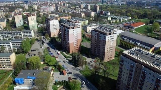 Stolica Podkarpacia liczy 190 tysięcy mieszkańców. To prawie tyle, ile liczy Toruń, ale u nas na 202 tysięcy mieszkańców zaszczepionych jest tylko 32907 osób. Dlaczego szczepienia idą u nas tak wolno? Czy jedynym powodem jest niewystarczająca ilość punktów szczepień? Przypomnijmy, że mamy ich 19. Z kolei Bydgoszcz aż 55.  -Zdajemy sobie sprawę, że im szybciej zaszczepimy jak największą liczbę mieszkanek i mieszkańców Torunia, tym większe szanse na to, że życie wróci do normalności – stwierdził prezydent Torunia Michał Zaleski.