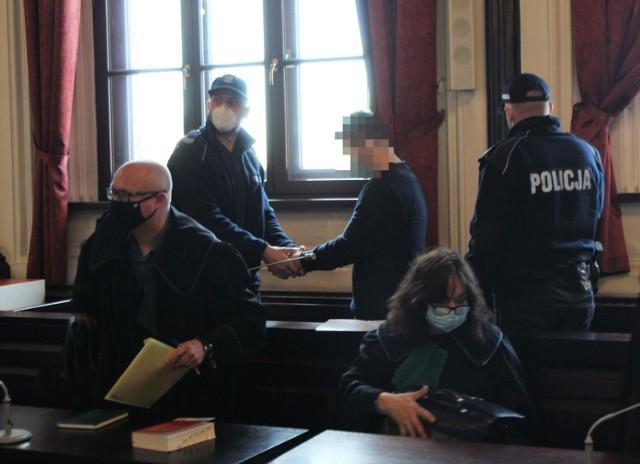 Krzysztof S. ma spędzić najbliższe 25 lat w więzieniu, choć będzie mógł ubiegać się o wcześniejsze zwolnienie po 20 latach. Podczas ogłaszania wyroku nie było go na sali sądowej. Zdjęcie wykonano po zamknięciu procesu i po mowach stron