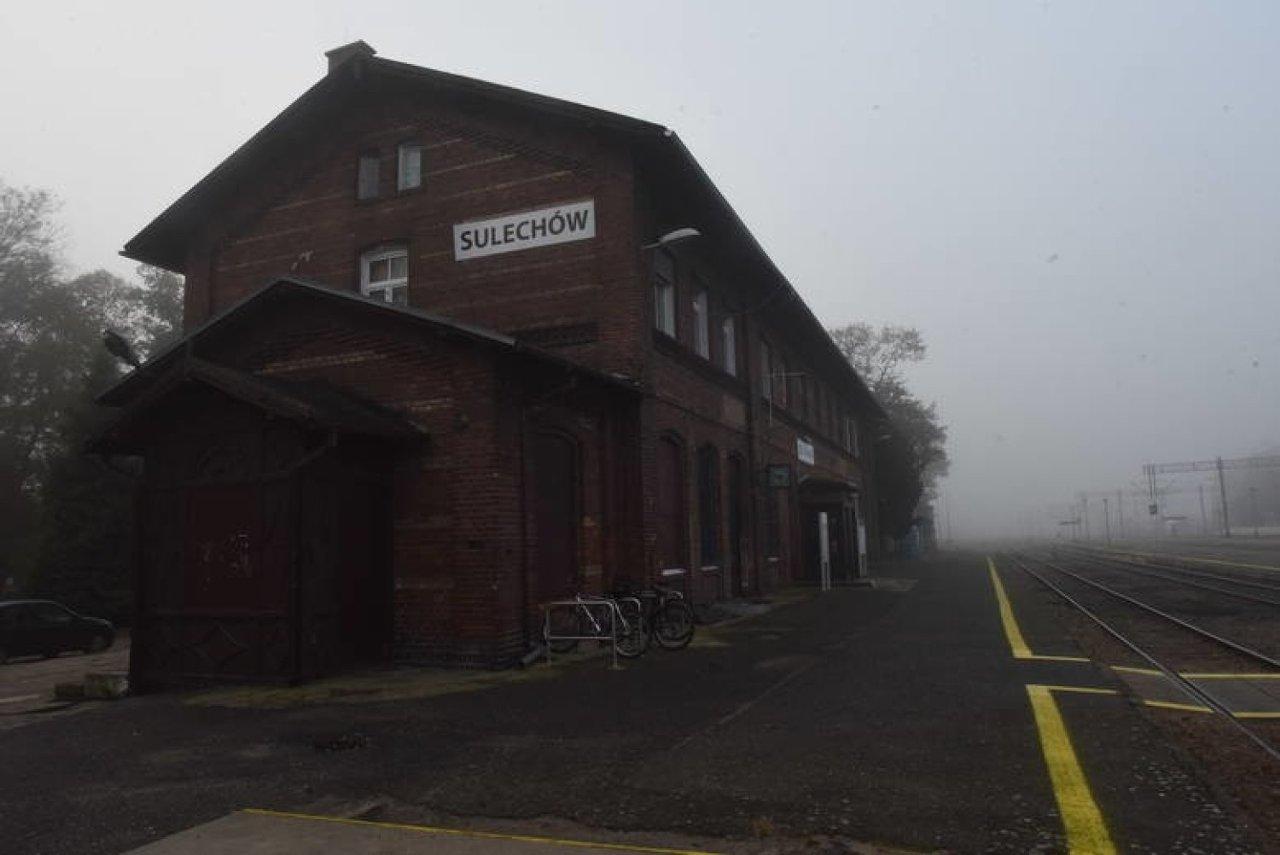 Dworzec w Sulechowie został zbudowany w 1904 roku.  PKP SA stosowną umowę na projekt przebudowy obiektu zawarło z firmą WK Architekci ze Swarzędza.