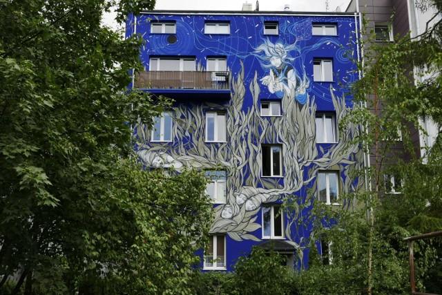 Mona Tusz, mural. Siewca snów. Zjawiskowy mural ukryty na murach kamienicy na Grochowie