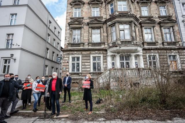 Piotr Ikonowicz i działacze gdańskiej Lewicy interweniowali ws. mieszkanek kamienicy na Dolnym Mieście