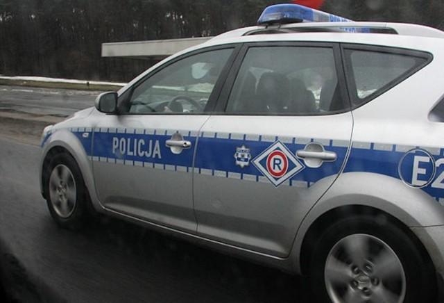 Radiowóz uderzył w barierki